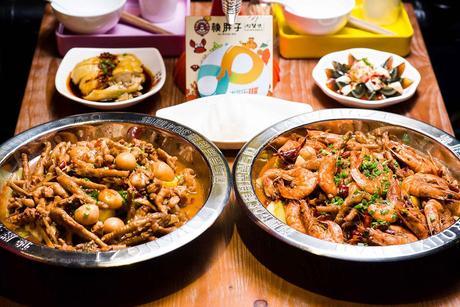 :长沙今日团购:【芙蓉区】赖胖子肉蟹煲仅售218元!最高价值326元的超值4人餐,可免费使用包间,提供免费WiFi。