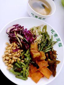 :长沙今日团购:【王府井/步步高】吃素是福仅售14.9元!价值30元的素食自助餐+粥+汤+现磨豆浆+荞麦茶,建议单人使用,提供免费WiFi。
