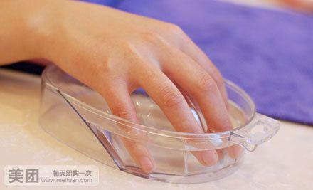 美甲师们娴熟地为顾客美甲,顾客们好奇地看着自己的手慢慢蜕变的过程