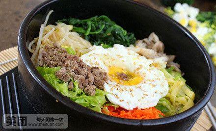 生熟恰到好处的荷包蛋正是画龙点睛之笔,在品尝丰盛食材时也能体验出