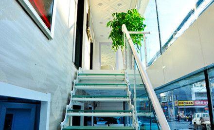 欧美男街拍坐在楼梯图片 头像