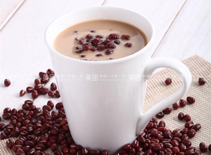 桌面上的两杯奶茶