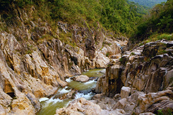 【五指山市】五指山红峡谷漂流-美团