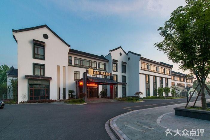 1921南湖印象餐厅秉承古朴典雅的江南民居式建筑风格,南湖边,鸳鸯岸