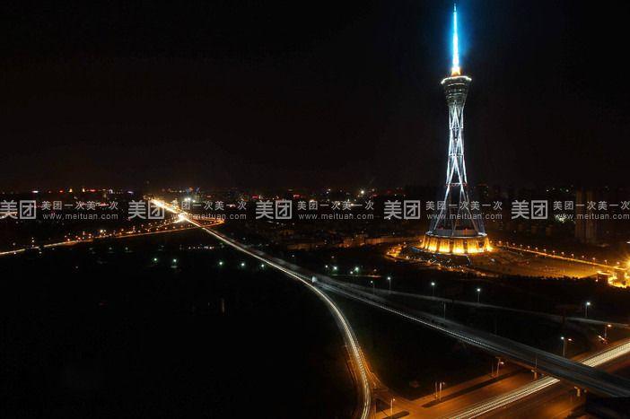 中原福塔又名河南广播电视塔,位于河南省郑州市航海东路与机场高速路交汇处,该塔是世界最高的全钢结构电视发射塔,是一座集广播电视发射、旅游观光、名画展览、文化娱乐、餐饮休闲等多功能的城市基础设施。 中原福塔分为塔座、塔身、塔楼、桅杆四个部分。 中原福塔的塔座地下一层:为设备层和停车场。 中原福塔的塔座一层:为大未来儿童城,由儿童职业体验馆、阿凡达数字科技馆、优优龙亲子乐园组成。其中儿童职业体验馆专门为3-12岁儿童量身订制,孩子是这里的主人,可以在逾百种职业(如医生、警察、记者、宇航员等)中自由选择体验,该