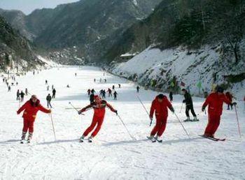 【西安出发】白鹿原影视基地、白鹿原滑雪场1日跟团游*观影城 冬季滑雪季-美团