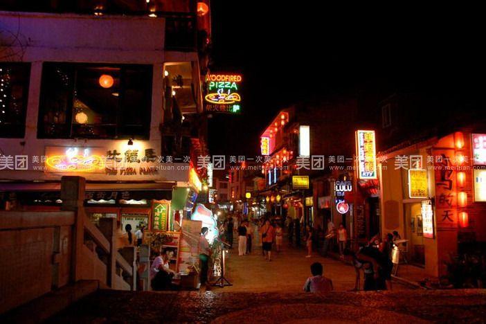 【旅行行程安排】: D1 桂林 餐:无 住宿:桂林 飞机/火车抵达桂林两江机场/桂林火车站,下飞机领取行李后至出站口,专业接机人员在出站口举写有客人或客人代表名字的接站牌接站,后赴桂林市区(约1小时)入住酒店。(导游会提前与您联系,请保持通讯畅通)。 D2 桂林市区 餐:早、中 住宿:桂林 早餐后游览被誉为南方小故宫的龙脉福地、广西早期的文化与经济中心【王城独秀峰景区】(约90分钟),参观三元及第坊、千年古穴太平岩、恭拜甲子星宿保护神像,探访名句桂林山水甲天下之出处地,观摩独秀峰上的摩崖石