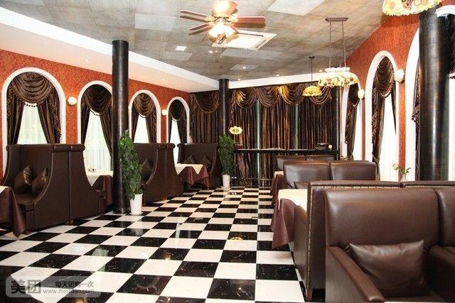 厅按中式与欧式装修风格相结合,装修线条柔美,有三个风格独特的包间和