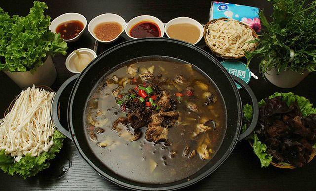 黄焖鲶鱼火锅4人餐,交通便利,菜品齐全