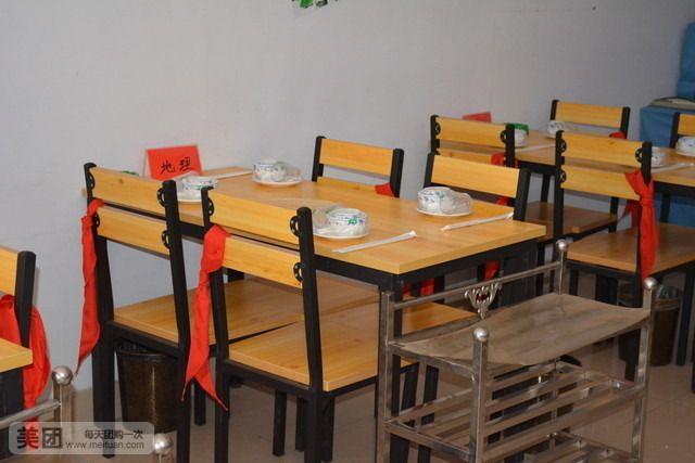 课堂桌椅矢量图