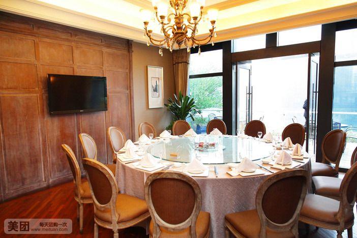 浙江兆丰酒店管理有限公司致力于中式中高端商务餐饮的发展,以跨地域多品牌多层次的发展战略迅速在业内崛起成为行业领军企业。目前是浙江餐饮行业协会副会长单位和杭州市餐饮行业协会理事单位,浙江省旅委指定接待单位,多次被国内餐饮行业权威授予红厨帽等荣誉称号。旗下藏鲜工坊品牌门店定位于海鲜,侧重于商务、公务接待;沈家门渔港定位于东海海鲜和风味烹饪,侧重于生活情趣;兆丰餐饮定位于宾馆餐饮,为各方来宾提供杭州特色的佳肴盛宴;目前公司在沪杭拥有七家大型门店,总营业面积25000方,于2010年以来公司在整体运营商作出的重