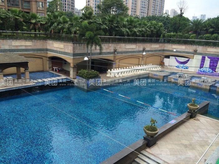 该游泳池是空中阳光泳池,四周欧式宫廷园林景观布局,环境优雅,池水
