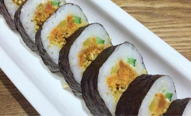 【咏顺韩苑韩式料理】香酥鸡肉寿司半份+招牌寿司半份1份,提供免费WiFi