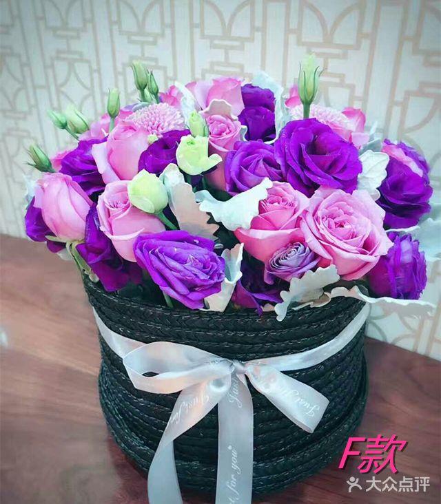 15朵紫玫瑰,15朵洋桔梗,搭配时令配花,时令叶材.草帽筐花篮.