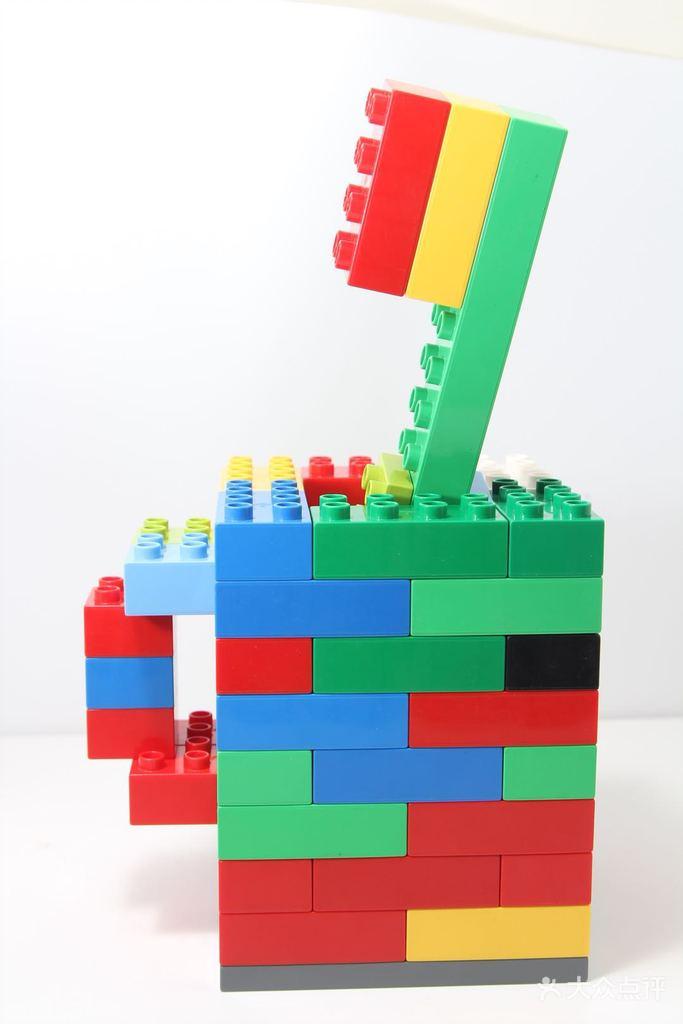 学习duplo积木和管道积木的搭建方法,培养孩子专注力以及对于颜色和