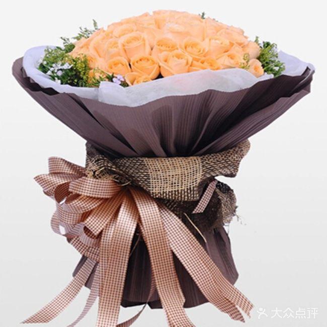 66朵香槟玫瑰,黄莺搭配,咖啡色圆形花束.
