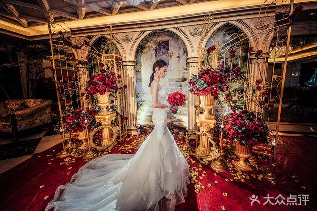 欧式庭院结合拱门造型,以金色铁艺门及罗马柱装饰