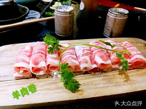 羊肉卷味道鲜美,没有很重的膻味,摆盘很漂亮的哦,上面一根香菜顿时