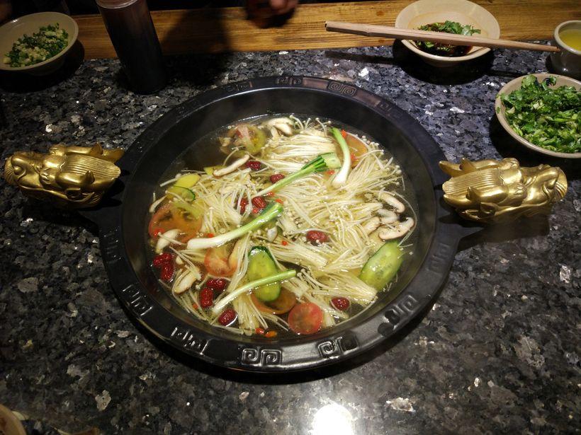 摆盘和选料非常讲究,精品花雕鱼片在锅里涮变色,沾上蜀大侠传用火锅