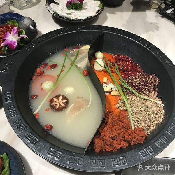这里菜品新鲜,火锅味道正宗,调料种类齐全,自助时令新鲜水果,自助