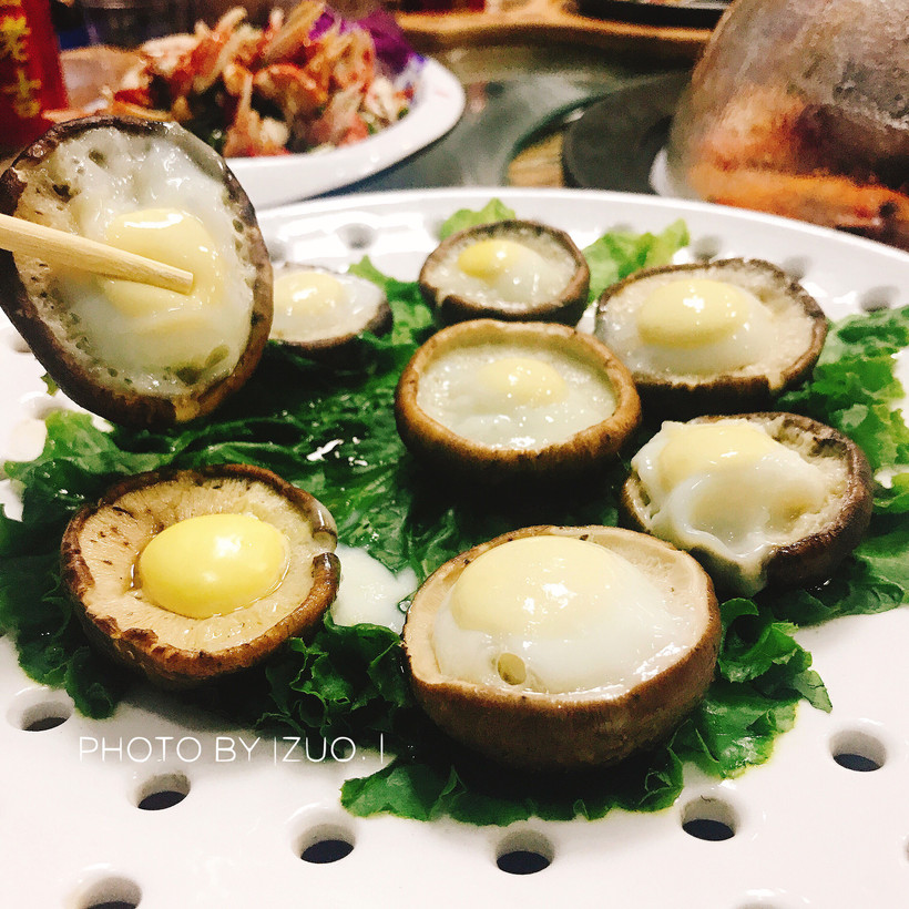 一口咬下去香菇蛋鲜香中融入了汁水的豌豆软软的很弹牙对于虾滑的鹌鹑糊图片