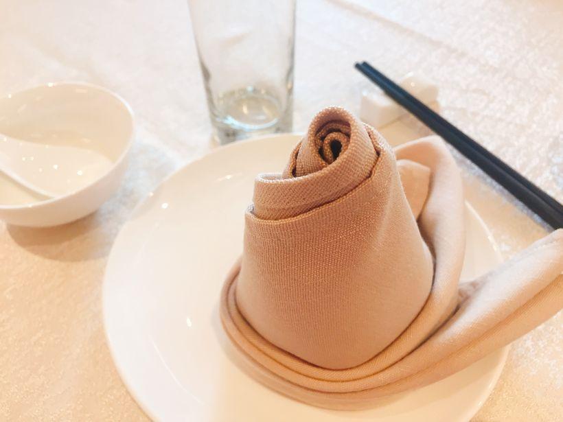 都是大圆桌 透露出中式的大气 里面还有许多包房 奢华高档 餐具的摆放
