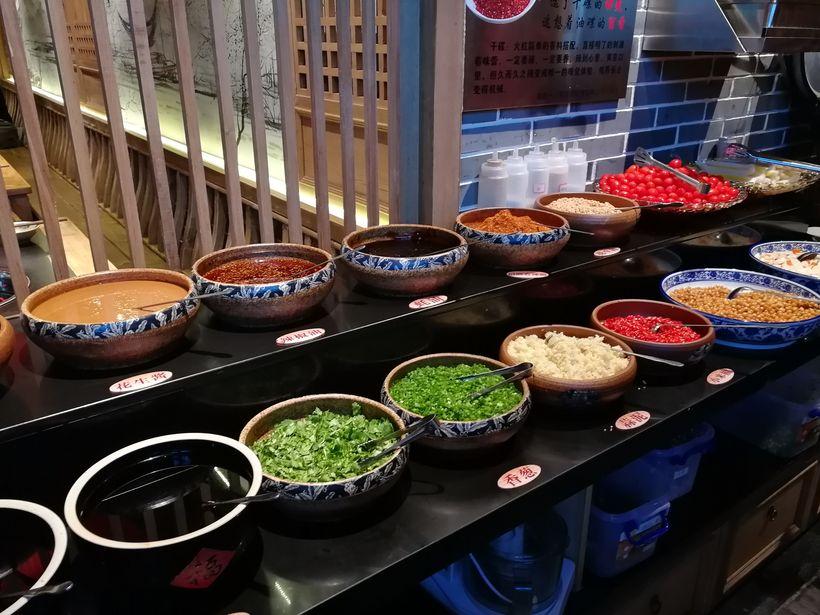 店铺的自助调料台有多款调料和水果小食可以自行选择,种类还算