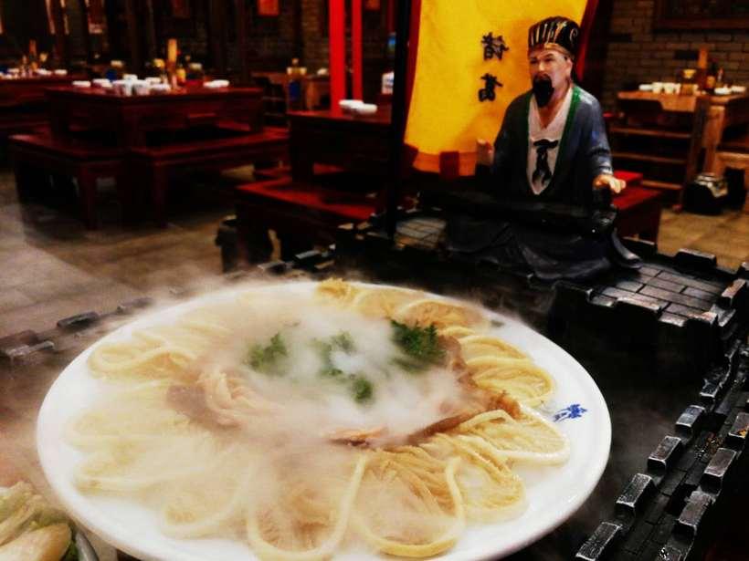 【约一夏】菜品摆盘有创意,为这家三国风火锅店打电话
