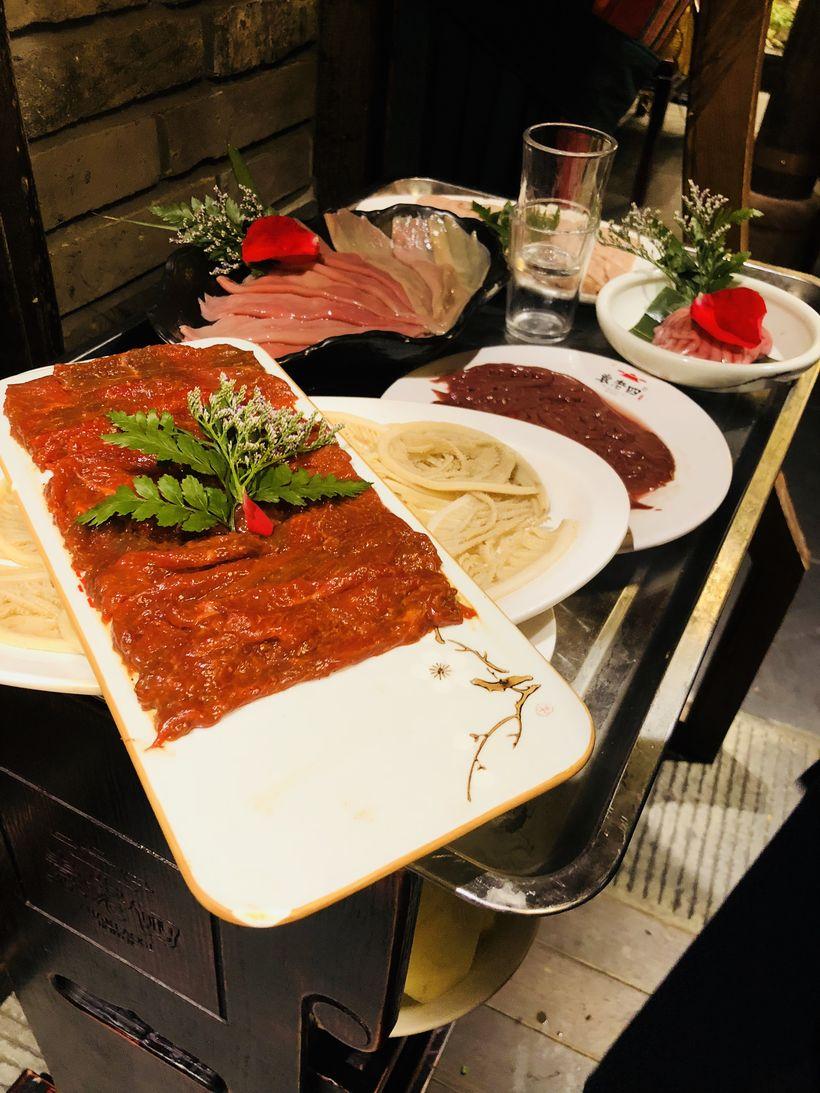 【菜品】大部分的荤菜都有摆盘造型,特别喜欢用玫瑰,感觉10个菜就