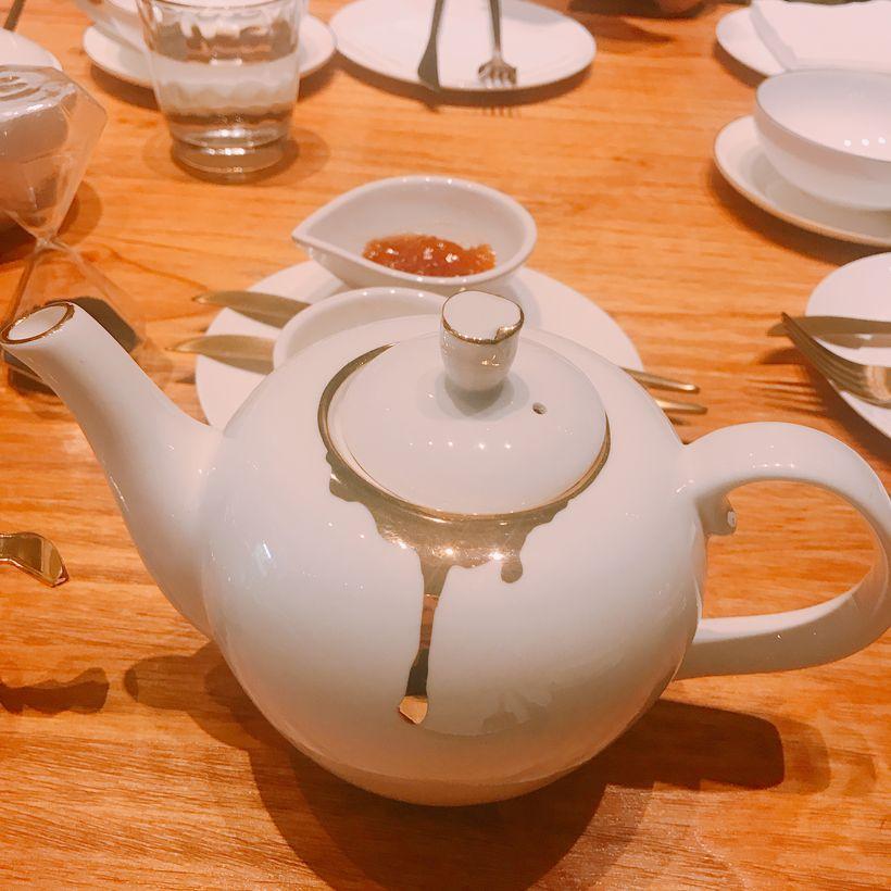 桌子上的茶具手绘图