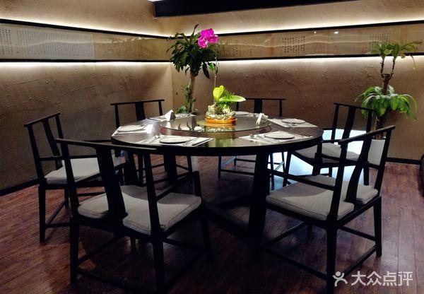 二楼有多人大包间,中式圆形餐桌,适合家庭晚宴.