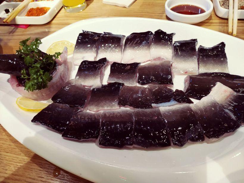 美味又丰盛的一顿活烤鳗鱼烤肉大餐图片