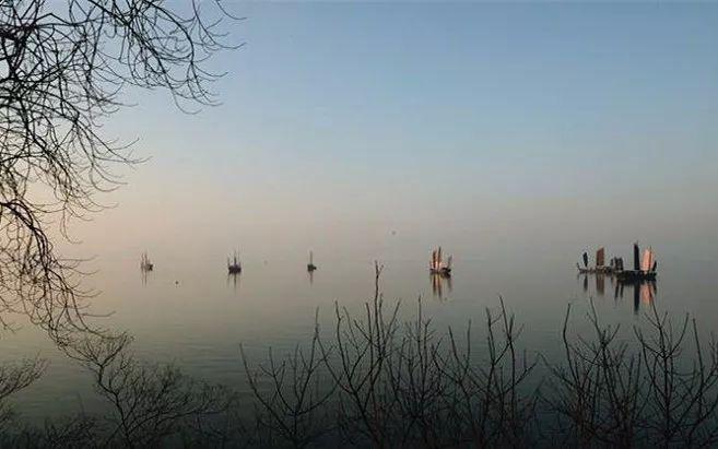 """--------- """"太湖美呀太湖美,美就美在太湖水 水上有白帆,水下有红菱"""