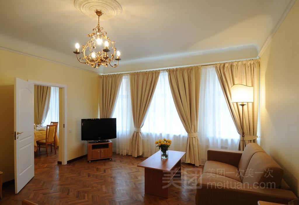 三亚华东海景假日酒店位于海南省三亚湾机场路和海虹路交叉口,提供24