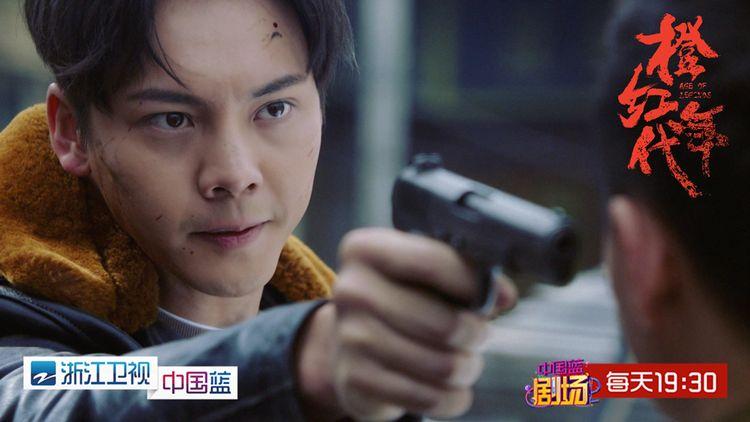1.刘子光持枪指向聂万峰.jpg