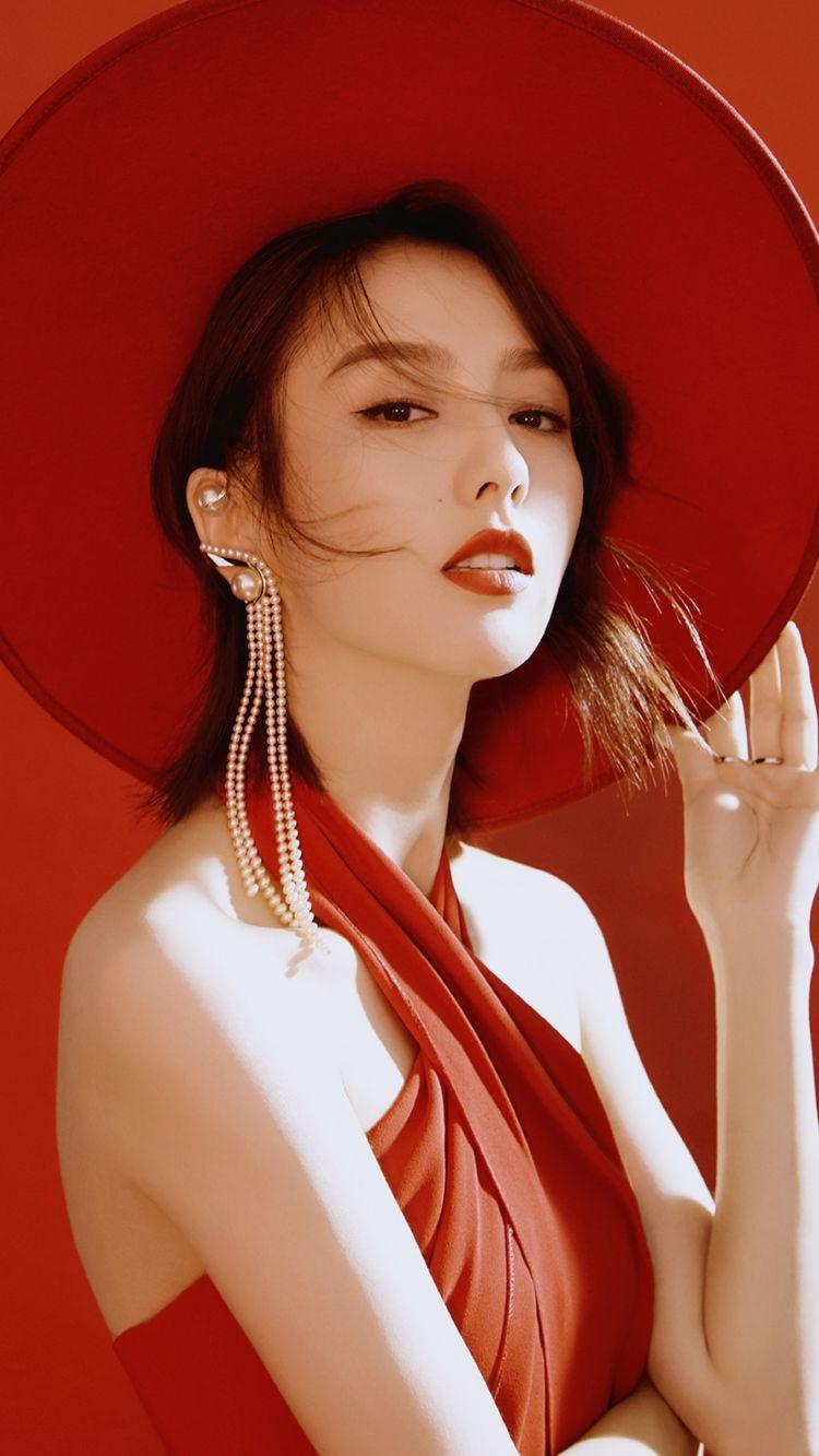 外国熟女与大吊_女神佟丽娅拍写真,烈焰红唇展现熟女魅力,黑色皮手套