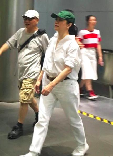 64岁林青霞近照无人认出!一席白衣走路飞速,就像领导出门视察