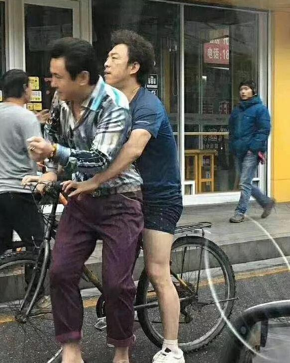 宁浩新片《疯狂的外星人》路透,黄渤只穿内裤抱着沈腾骑单车