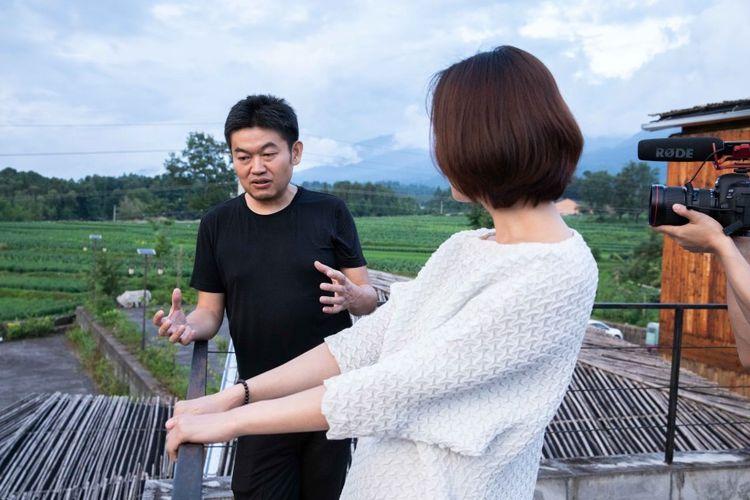 王珞丹与建筑师华黎在高黎贡手工造纸博物馆.jpg