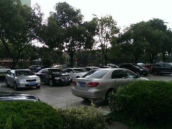 新锦天大酒店停车场