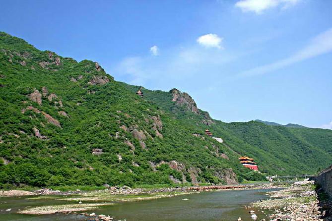 龙峰山位于辽阳市辽阳县下达河乡境内,距辽阳市区约35公里,在千山风景