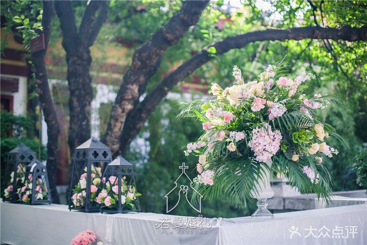 若曼婚礼策划  布置 迎宾区:帷幔拱门 仪式区:舞台背景 路引 花艺装饰