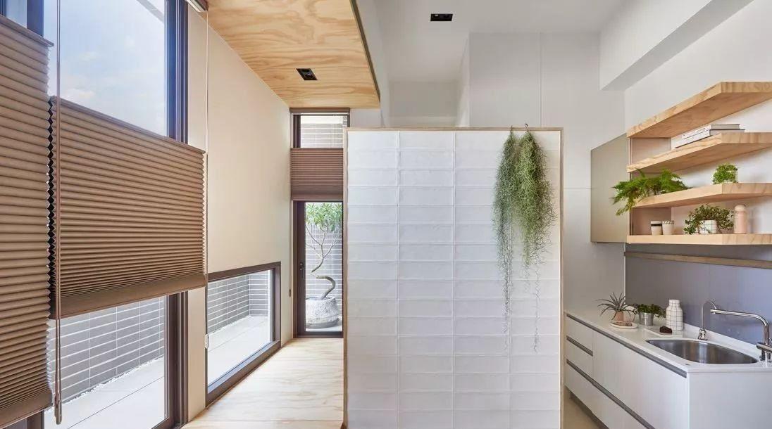 用隔板取代厨房吊柜,减少压迫感又省预算!