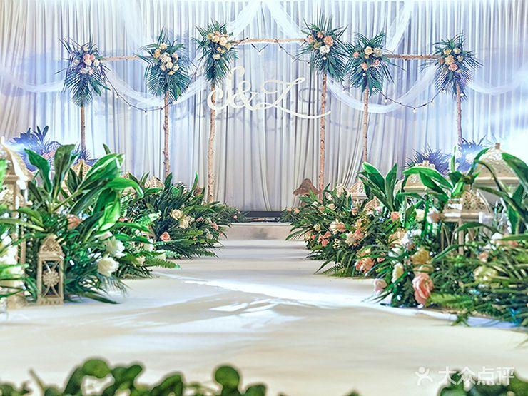 婚庆公司 艾语婚礼策划  仪式区布置:景纱幔造型,白桦树花艺造型,冰丝