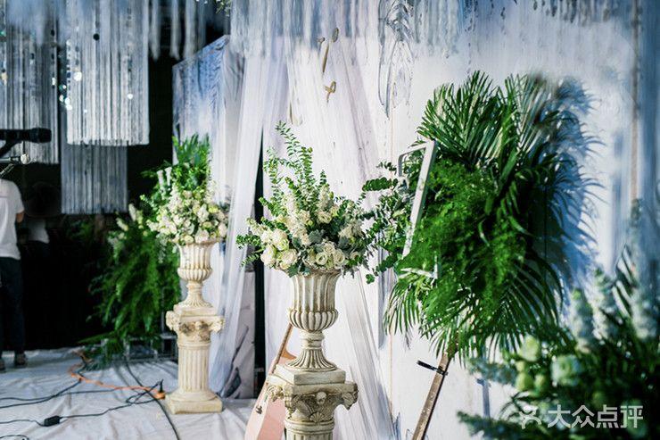 布置 迎宾区:最流行最简洁好看的大理石纹背景加上绿植,金色的边框装