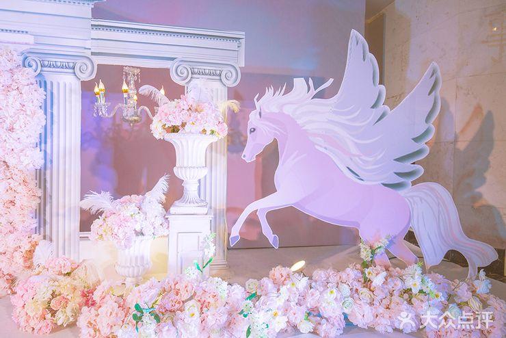 仪式区:舞台背景支架一套 布蔓 kt板城堡造型一套 桁架 10米t台 花艺