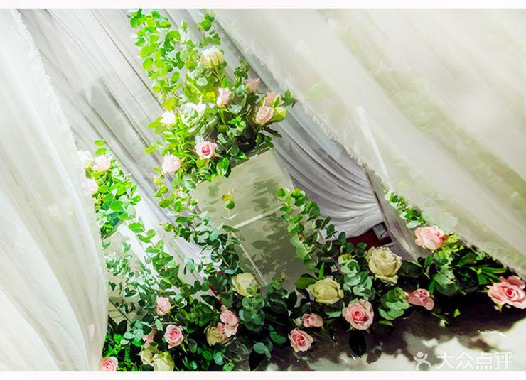 迎宾区: 水牌+签到台 仪式区: 舞台典礼 仪式区布置: 花门处设计 甜品区: 甜品设计采用原木+素色设计 花艺装饰: 鲜花