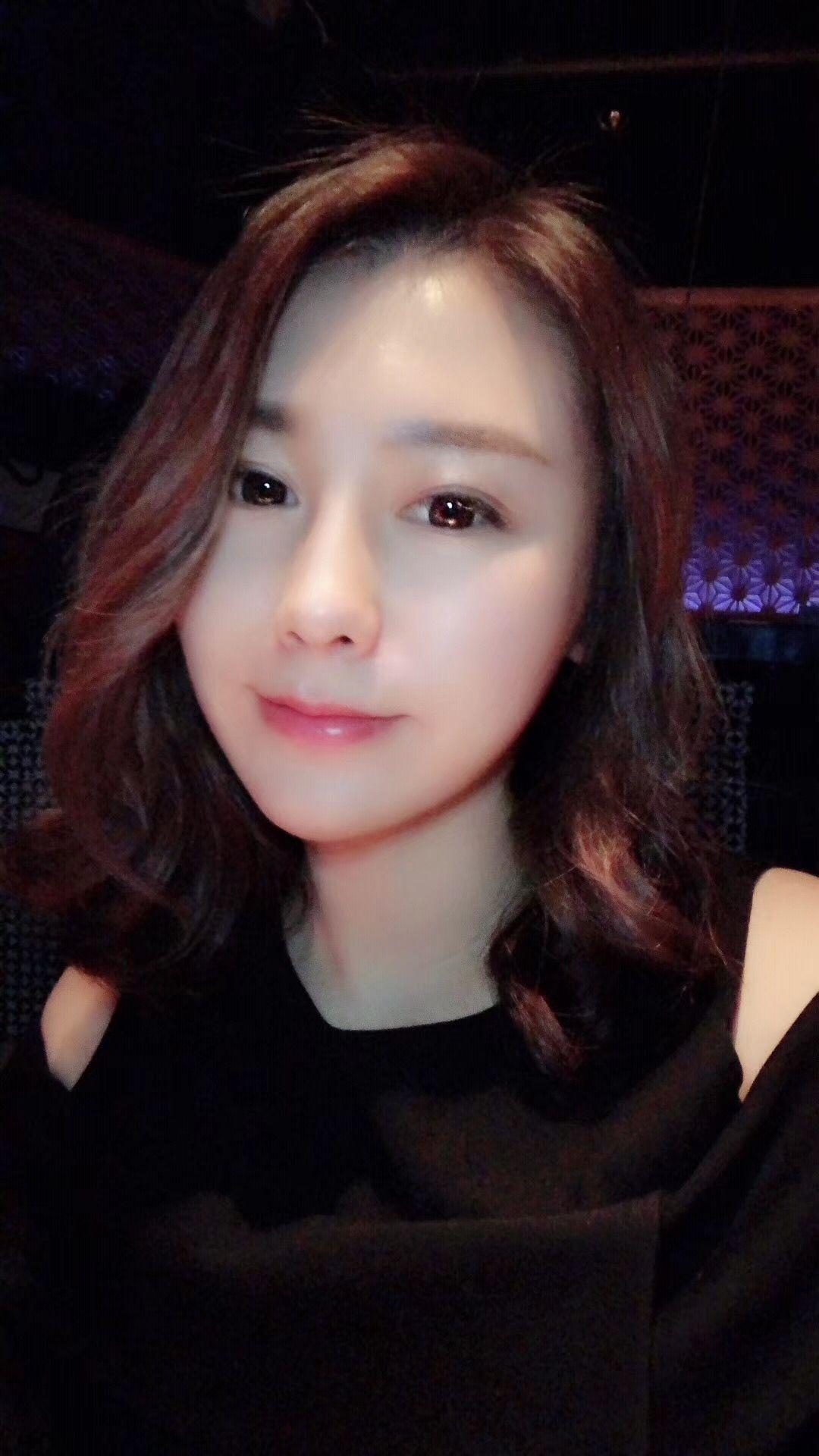 好吧!自我介绍一下,我是一名口腔科医生,80后,现在在上海。首先,我要承认我很爱美,我希望自己越来越美,但绝不是整容变成另一个人的那种变美,我还是很喜欢自己的脸的,像我妈妈(#^.^#),我想要的是美的有我的特色,美的自然,少女O(∩_∩)O哈哈~ 所以!我不能允许自己在40岁以前(至少)老去,皱纹松弛下垂……我都不要!刘教授建议我做音波提拉,我有好多客户都做过,看上去效果不错,好医生亲自操作+进口设备,那我有什么好犹豫的? 确实有一点点疼,虽然我足足敷了40分钟的麻药,好在做完后效果非常令我满意,下颌线一下子清晰了,脸整体往上提了,感觉脸型好看了许多,我觉得自己一下子回到了5、6年轻,不,比那个时候更好看了!