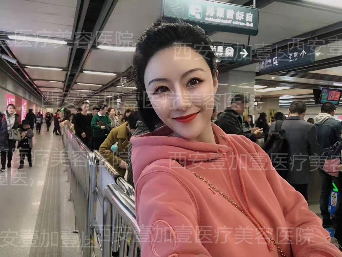 忙里偷闲的拍张照片,这周一地铁站人可多,怕了怕了,但是也是化着妆美美的出门上班啦,呼呼,效果依旧保持。