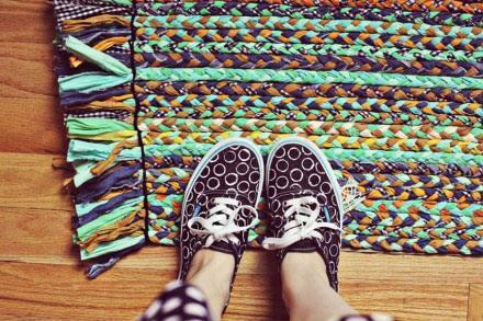 旧衣服编织实用地垫 地毯的手工教程